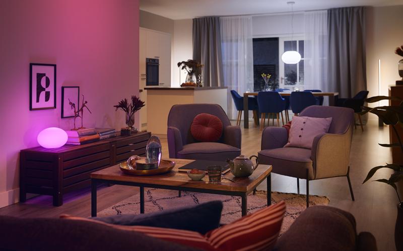 Un salón con dos tipos de iluminaciones de Philips Hue con Bluetooth de Signify,.