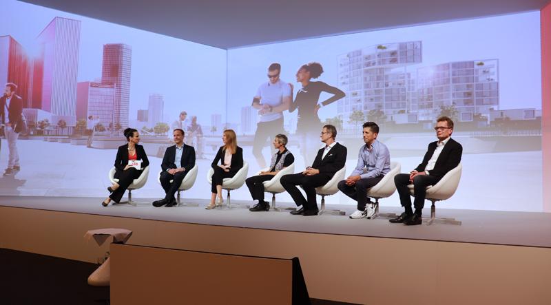 Los participantes en la conferencia durante la mesa redonda.
