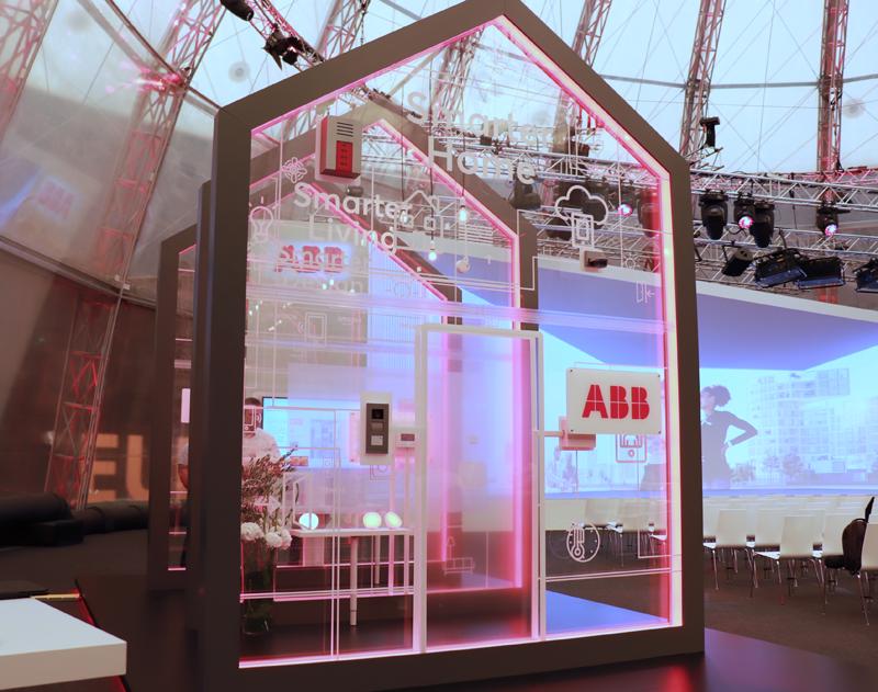Una estructura en forma de casa con el logo de ABB y con algunos de los productos de la compañía.
