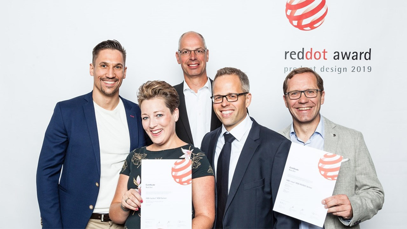 Equipo de ABB recogiendo el premio de Red Dot.