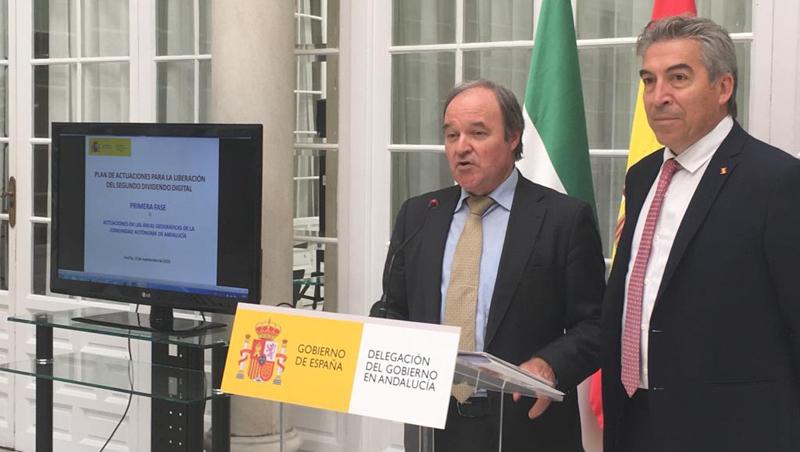 El subdirector general de Planificación y Gestión del Espectro Radioeléctrico del Ministerio de Economía y Empresa, Antonio Fernández-Paniagua, y el delegado del Gobierno en Andalucía, Jesús Lucrecio Fernández, en la rueda de prensa del pasado viernes.