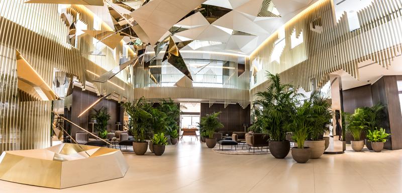 Hall del hotel con plantas.