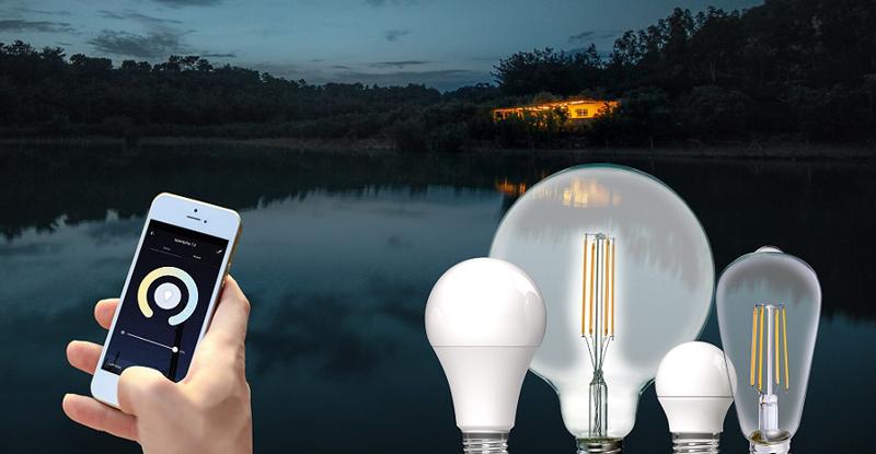 Una mano con un móvil y al lado las bombillas inteligentes.