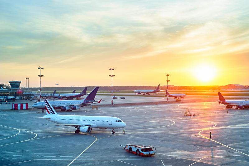 Pista de uno de los aeropuertos durante un amanecer.