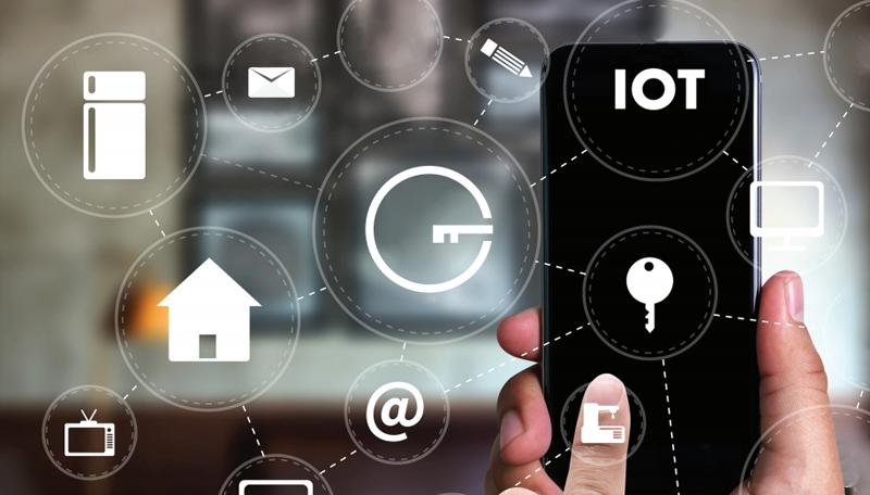 Una mano con un móvil y encima diferentes dibujos relacionados con los hogares y la seguridad.