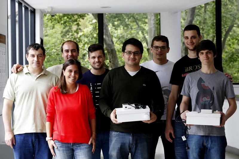 Los investigadores de la Facultad de Informática de la Universidad Nacional de la Plata con su proyecto de tablero inteligente.