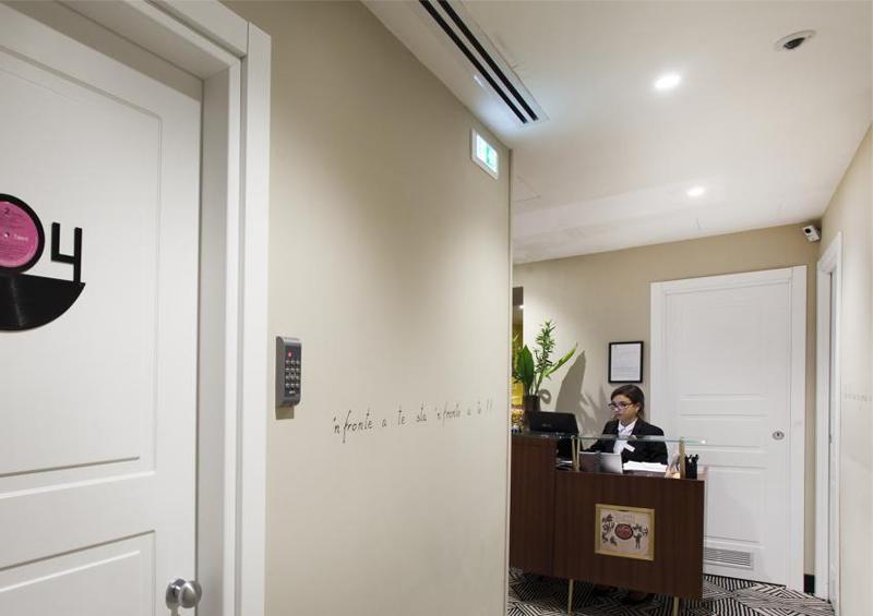 Uno de los pasillos del hotel con el panel númerico para el acceso a las habitaciones.