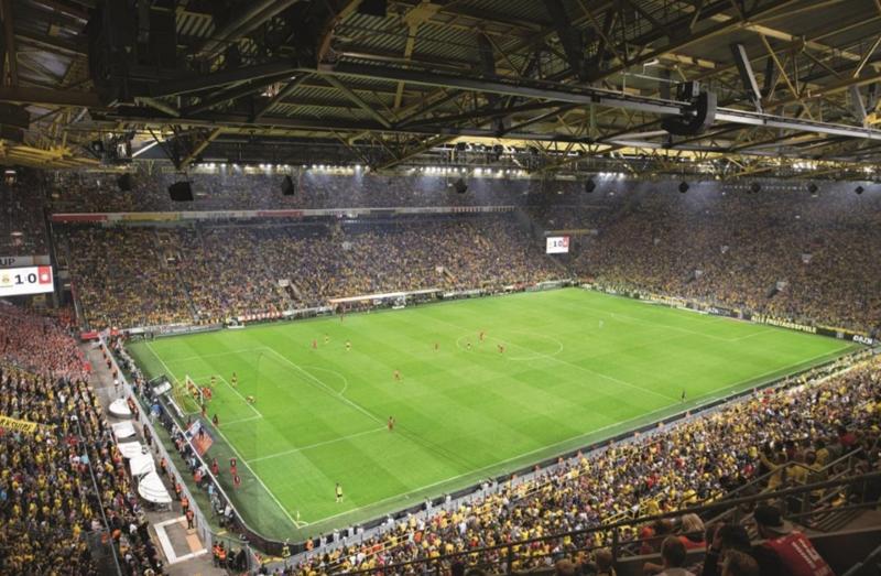 Interior del estadio alemán durante un partido de fútbol.