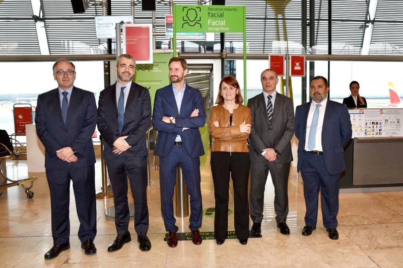 Presidentes de Aena e Iberia acompañados por los representantes de las empresas colaboradoras durante la presentación del sistema de reconocimiento facial.