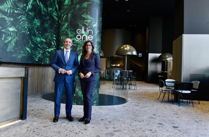 Juan Antonio Alcaraz, director general de CaixaBank, y María Alsina, directora territorial de CaixaBank en Barcelona