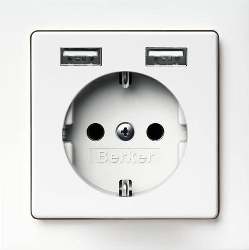 Toma de corriente Schuko con cargadores USB de Hager.