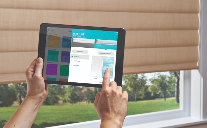 Una tablet con la aplicación y una persiana detrás.