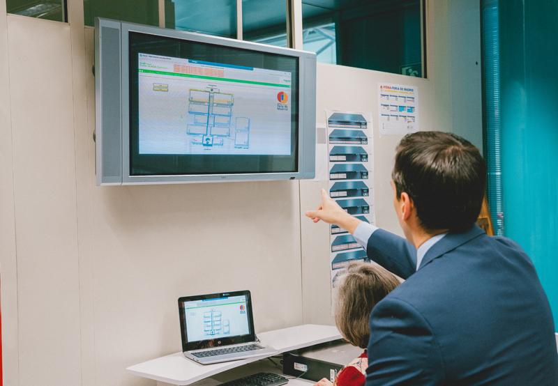 Dos personas viendo la monitorización de los cuadros inteligentes en Ifema.
