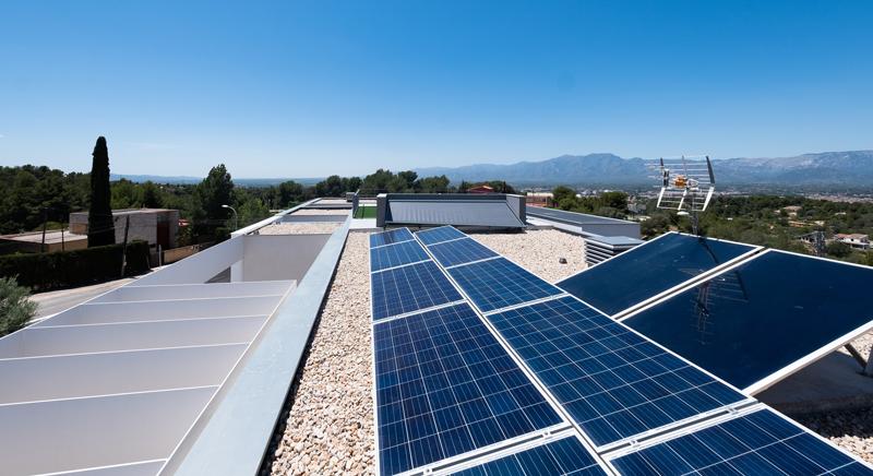 Placas solares en la azotea de la vivienda.