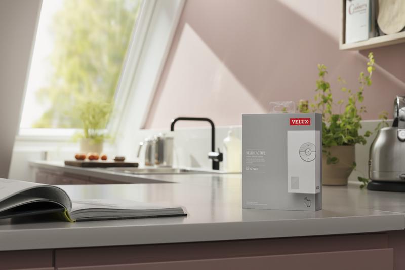 La caja del producto Velux Active encima de una mesa.