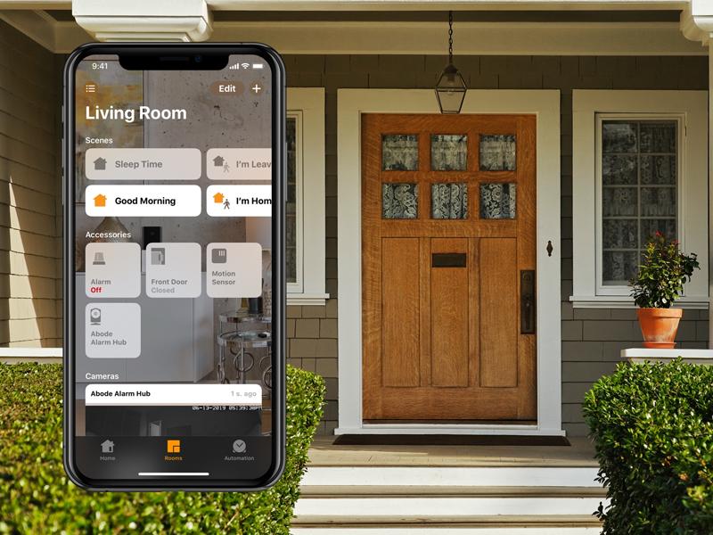 Exterior de una vivienda con un móvil con la aplicación abierta.