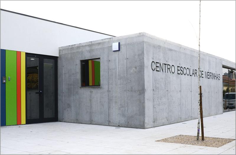 Fachada principal del Centro Escolar Meirinhas en Portugal