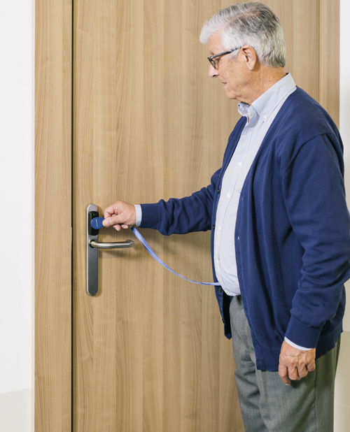 Un residente abriendo la puerta con un tag.