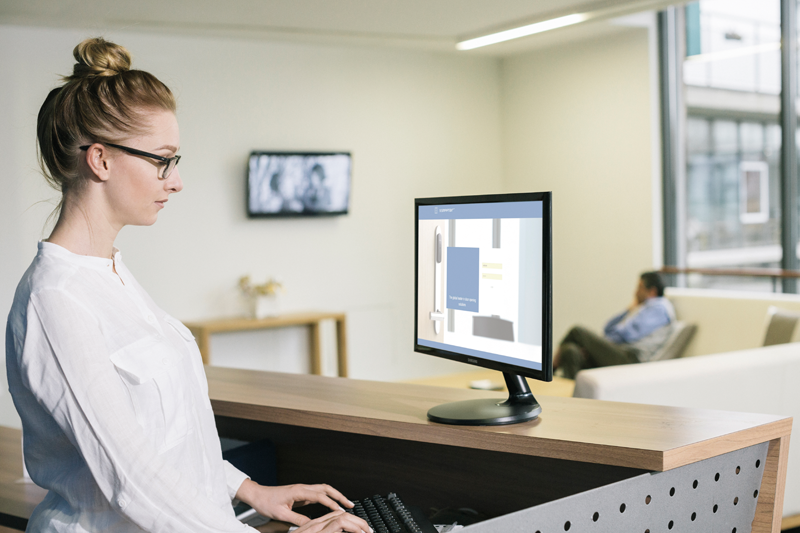 Una enfermera viendo el software de gestión.