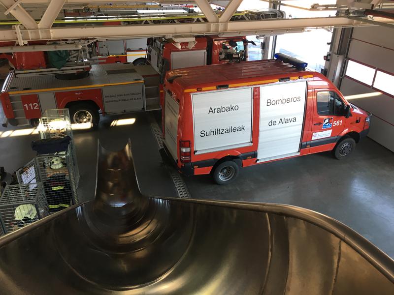 Interior de uno de los parques de los bomberos de Álava, donde se encuentra aparcado un camión.