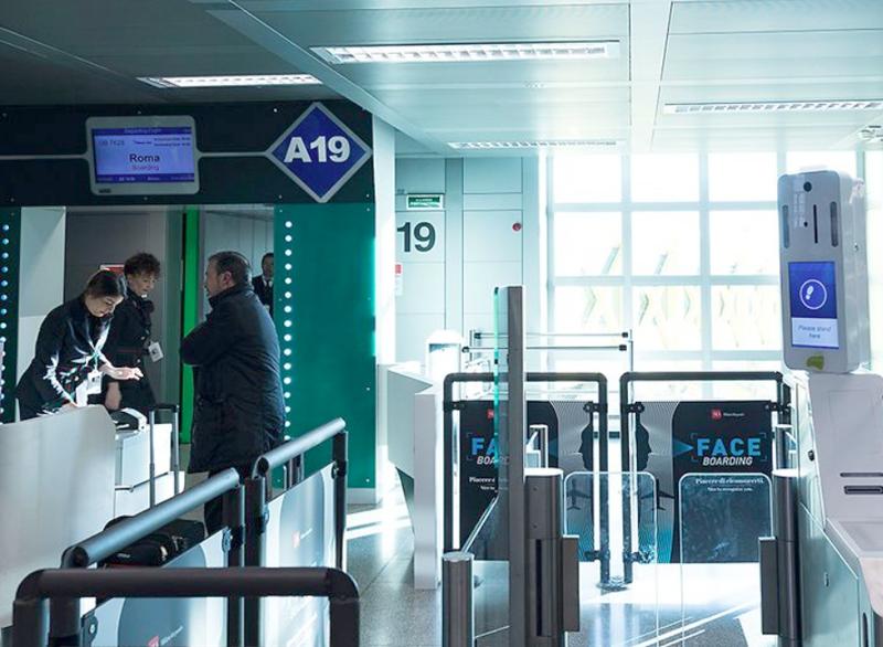 En la puerta de embarque del aeropuerto de Linate, Milán.