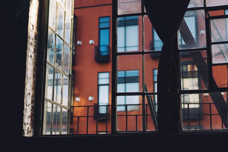 El interior de una vivienda con una ventana abierta.