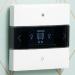 Un controlador de estancia y dos sensores pulsadores gestionan diversos sistemas conectados en las viviendas