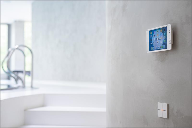 Una de las pantallas táctiles de la vivienda.