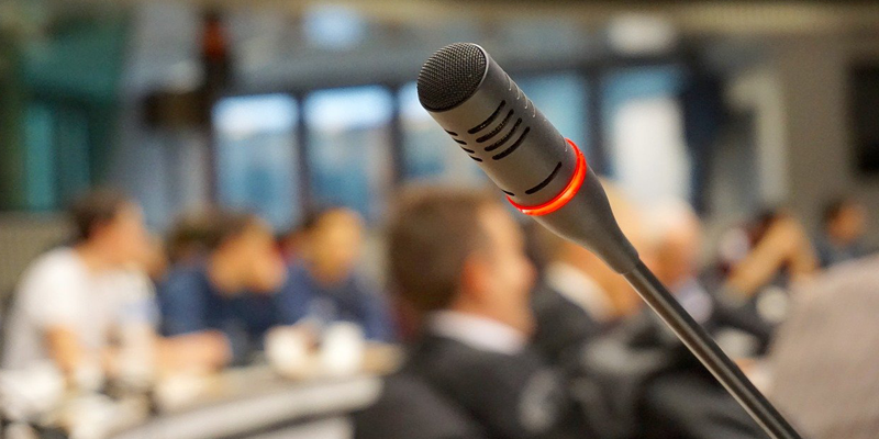 El micrófono también forma parte de las soluciones multimedia.