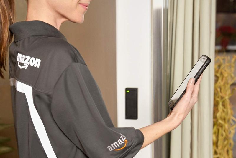Una repartidora de Amazon realizando la petición de acceso.