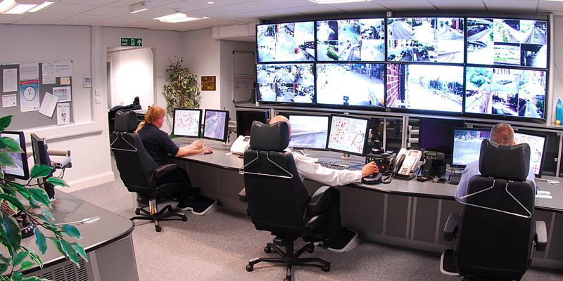 Una pared con cámaras de seguridad para la protección de un edificio.