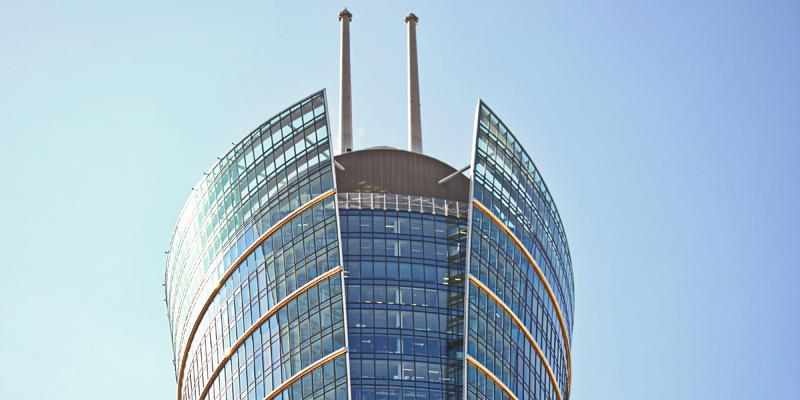 Una antena de telecomunicaciones en un tejado.