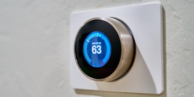 Los termostatos inteligentes pueden integrarse en los sistemas automatizados para mejorar el confort de las personas.