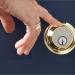 Cerradura inteligente que autoriza la entrada con el toque del dedo, la voz o el móvil