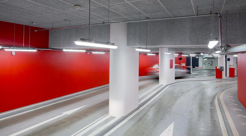 Interior aparcamiento entrada.