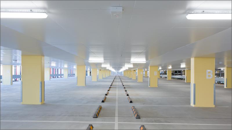 Interior del aparcamiento con luz natural.