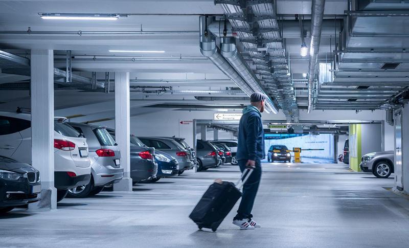 Persona andando interior aparcamiento.