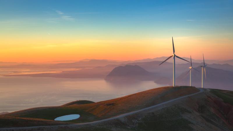 Montañas con turbinas eólicas.