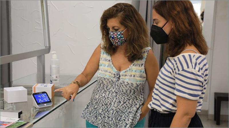La alcaldesa de Getafe repartiendo los medidores de CO2.