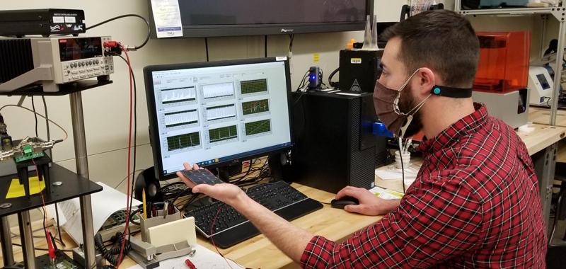 Investigador del NIST con un módulo fotovoltaico.